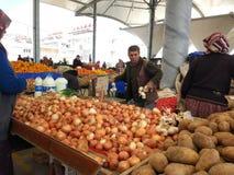 Turks bazaarfruit en plantaardige box royalty-vrije stock afbeeldingen