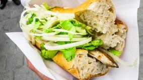 Turks de vissenbrood van het straatvoedsel met uien en greens/Balik Ekmek Stock Foto