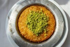 Turks dessert kunefe Heet en kaasachtig Zuidoostelijk Dessert stock afbeeldingen