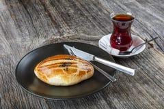 Turks Gebakje Pogaca met Thee/Cay op houten oppervlakte Traditionele Bakkerij stock afbeeldingen