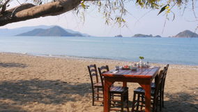 Turks ontbijt bij strand door overzees, fethiye, Turkije stock videobeelden