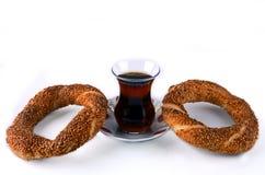 Turks sesamongezuurd broodje en Turkse thee stock foto
