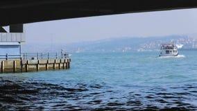 Turks stoomschip die in overzees, sightseeingsreizen door lokaal openbaar vervoer varen stock video