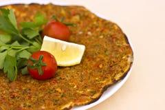 Turks tortillapitabroodje met gehakt en kruiden, verfraaid verstand stock foto