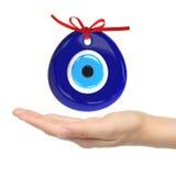 Turkse amulet Kwaad Oog Over handen met witte 3D achtergronden, Stock Foto's