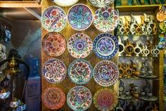 Turkse chinaware in Grote Bazaar stock foto's