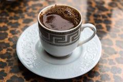 Turkse die koffie in de kop wordt gekookt stock fotografie