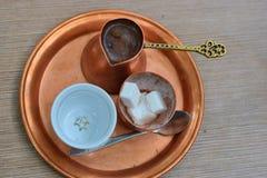 Turkse die koffie, in een koperreeks wordt gediend Royalty-vrije Stock Foto's