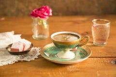 Turkse die Koffie met Turkse Verrukking wordt gediend Stock Foto's