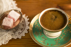 Turkse die Koffie met Turkse Verrukking wordt gediend Stock Foto