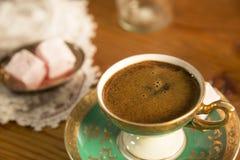 Turkse die Koffie met Turkse Verrukking wordt gediend Stock Afbeeldingen