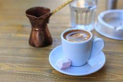 Turkse die koffie op een houten lijst wordt gediend Royalty-vrije Stock Foto's