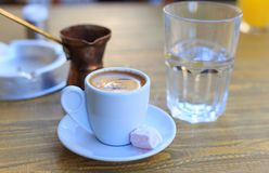 Turkse die koffie op een houten lijst wordt gediend Royalty-vrije Stock Fotografie
