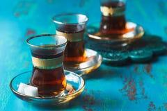 Turkse die thee in tulp gevormd glas wordt gediend Stock Afbeeldingen