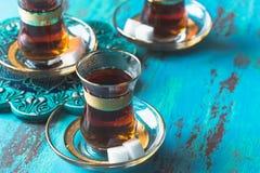 Turkse die thee in tulp gevormd glas wordt gediend Stock Fotografie