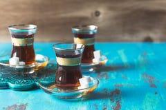 Turkse die thee in tulp gevormd glas wordt gediend Royalty-vrije Stock Foto