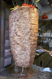 Turkse donerkebab bij de speciale grill stock fotografie