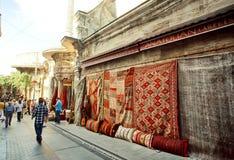 Turkse en Perzische tapijten voor verkoop in openluchtmarkt Royalty-vrije Stock Foto's