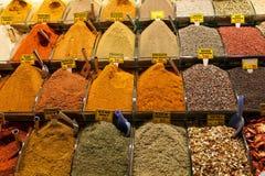 Turkse gekleurde kruiden bij grote bazaar Stock Afbeelding