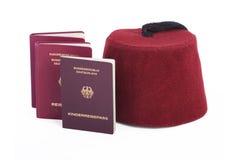Turkse hoed (Fez) en Duitse reispaspoorten Royalty-vrije Stock Afbeelding