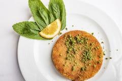 Turkse KÃ ¼ nefe, Heet en Kaasachtig Zuidoostelijk Dessert royalty-vrije stock foto's
