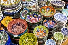 Turkse keramiek in de Grote Bazaar in Istanboel, Turkije royalty-vrije stock fotografie