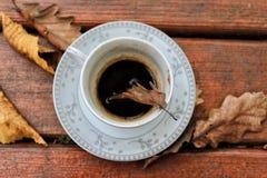 Turkse koffie in de herfsthout stock foto's