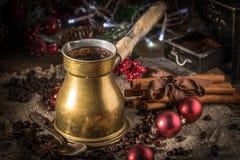 Turkse koffie in koper coffe pot stock foto's