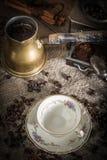 Turkse koffie in koper coffe pot stock afbeeldingen