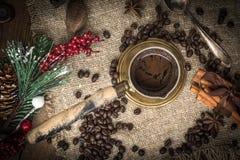 Turkse koffie in koper coffe pot stock afbeelding