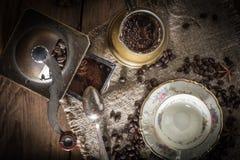 Turkse koffie in koper coffe pot stock fotografie