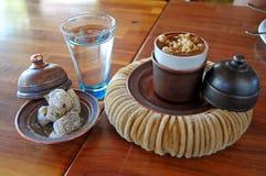 Turkse koffie met hazelnoot stock afbeeldingen