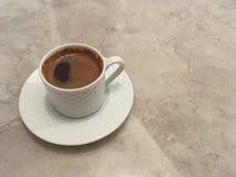 Turkse koffie op marmeren achtergrond met exemplaarruimte Royalty-vrije Stock Afbeeldingen