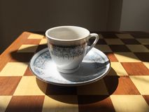 Turkse koffiekop op backgammonraad royalty-vrije stock foto