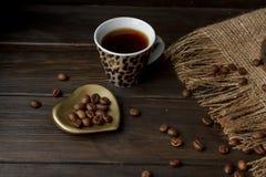 Turkse koffiepeul met een houten handvat Stock Foto's