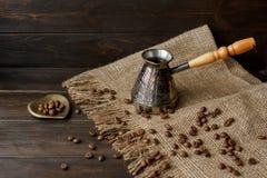 Turkse koffiepeul met een houten handvat Stock Foto