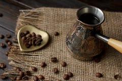 Turkse koffiepeul met een houten handvat Stock Fotografie