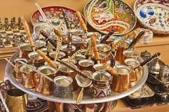 Turkse koffiepotten in een straatmarkt Royalty-vrije Stock Fotografie