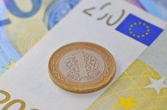 1 Turkse Lire op Euro bankbiljetten Stock Foto's