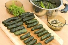 Turkse maaltijd, gevulde druivenbladeren, rijst en kruid Royalty-vrije Stock Fotografie