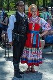 Turkse mens en jong meisje van de Oekraïne, in traditionele kostuums Stock Afbeeldingen