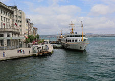 Turkse passagiersveerboot die passagiers nemen bij Karakoy-Pijler Stock Foto