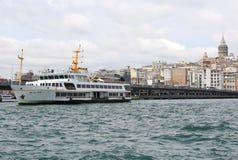 Turkse passagiersveerboot die tussen Karakoy en Eminonu reizen Royalty-vrije Stock Fotografie