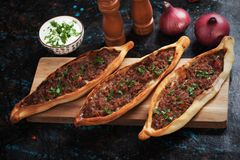 Turkse pide, de maaltijd van het straatvoedsel gelijkend op pizza Royalty-vrije Stock Foto