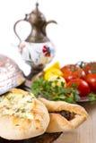 Turkse Pide die met groenten wordt versierd Stock Foto's