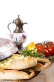 Turkse Pide met ibrik en groenten Royalty-vrije Stock Foto's