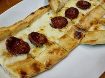 Turkse pide of Turkse pizza in een plaat royalty-vrije stock afbeeldingen