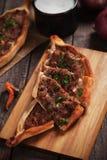 Turkse pide, straatvoedsel gelijkend op pizza Stock Afbeelding