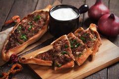 Turkse pide, straatvoedsel gelijkend op pizza Stock Afbeeldingen