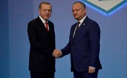 Turkse President Recep Tayyip Erdogan heet Moldovische President Igor Dodon welkom Royalty-vrije Stock Afbeeldingen
